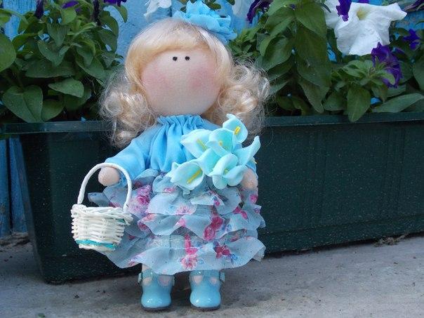 малышка в голубом ищет уютный домик (1 фото) - картинка