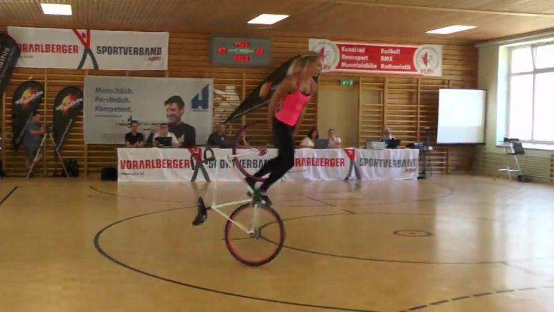 Kimse bisiklete biniyorum demesin ) an amazing bicycle show! Nicole Frýbortová - krasojízda
