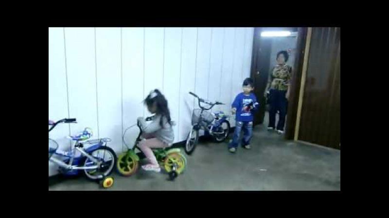 Маленькая девочка паркуется на велосипеде