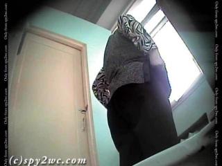 Скрита камера в туалете.Дами в возрасте.
