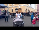 """Фестиваль """"Живые улицы"""". Ребята, обратите внимание на двух мужчин слева))) Вот как надо танцевать)))"""