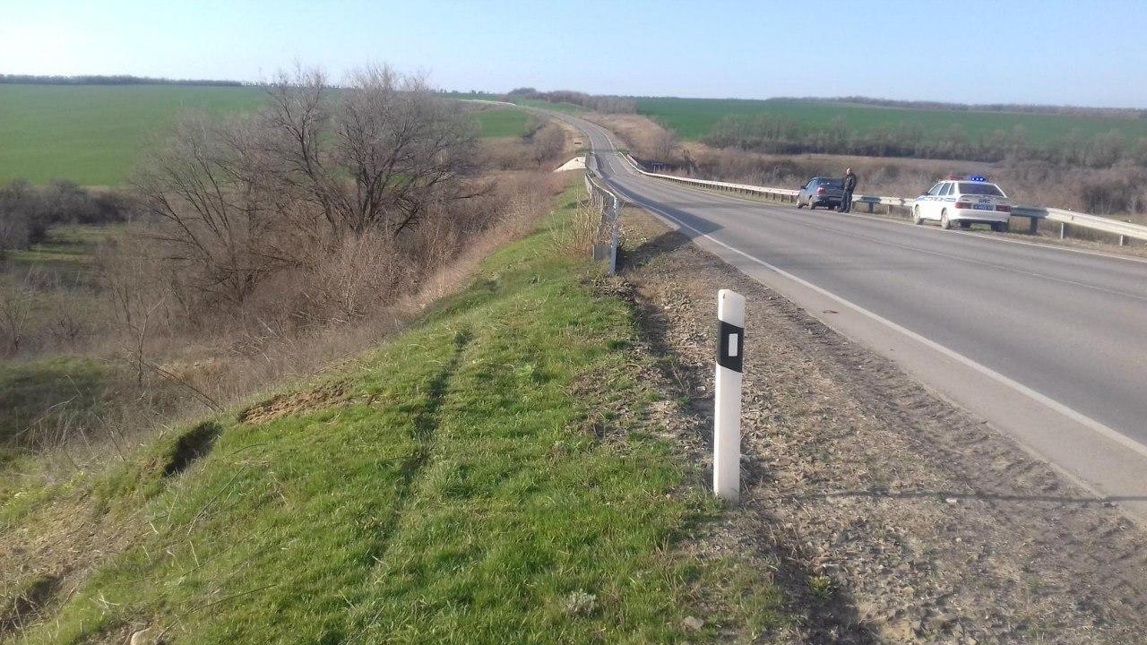 Недалеко от Таганрога перевернулся автомобиль Toyota Land Cruiser Prado