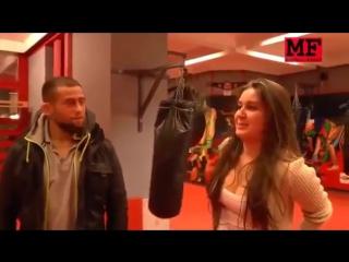 Майрбек Тайсумов учит девушку чеченскому языку