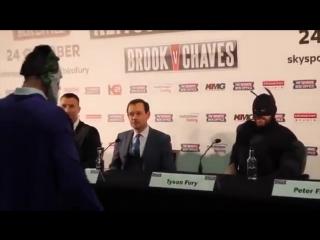 Фьюри пришел на пресс-конференцию с Кличко в костюме Бэтмена и устроил потасовку! [720p]