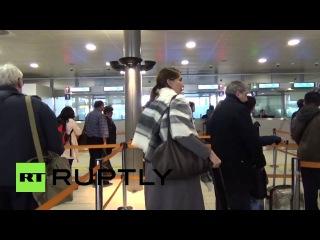Франция: Паспорт контролирует в аэропорту Шарль де Голль, как Красный Тревога продолжается.