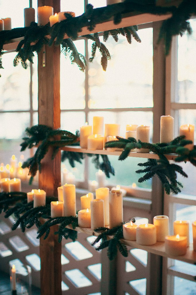 ветки ели и свечи в декоре выездной регистрации