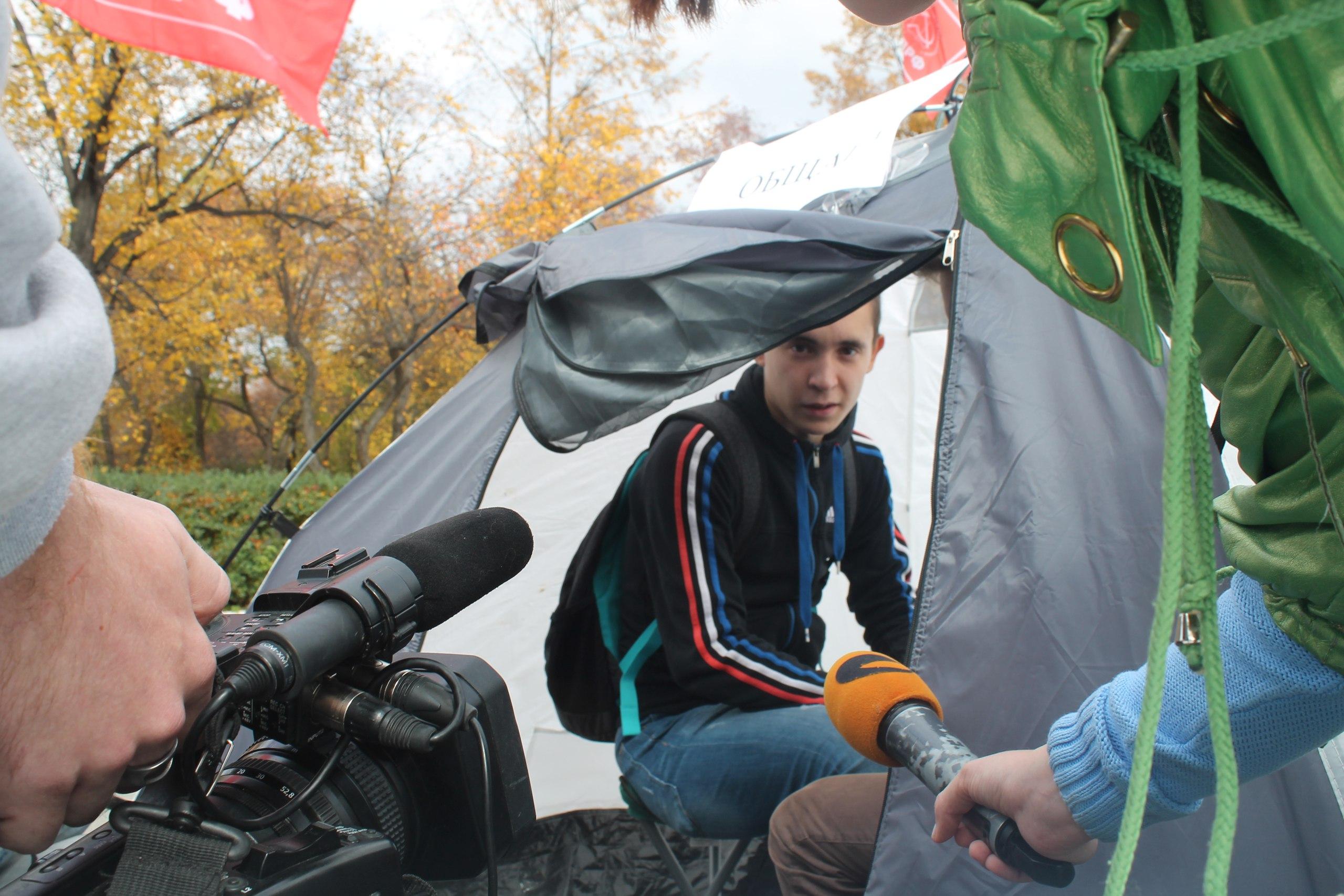 Студенты в палатке 27 фотография