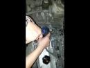 Прикол! автолюбители поймут. Трое заливают масло в мотор...Заливает масло в ...щуп.mp4