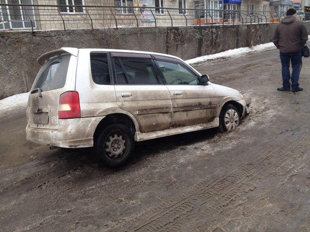 В районе дома номер 8 на улице Кравченко на дороге провалился автомобиль Mazda D...