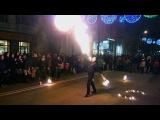 Выступление жонглеров огнем на улице Красной