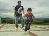 маленький мальчик и брат танцуют тик тоник - такие милые_[[161212962]]
