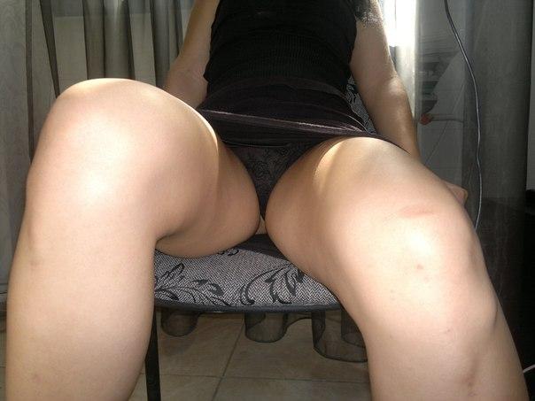 подсмотрено между ног трусики у жопастой женщины эро фото