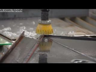 Струя воды под давлением 4000 бар режет экран монитора / 4000 bar de pression sur un écran d'ordi