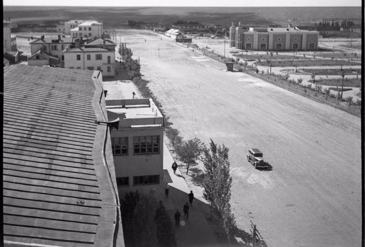Вид из здания ЦИК на кинотеатр «Родина». 1940 год