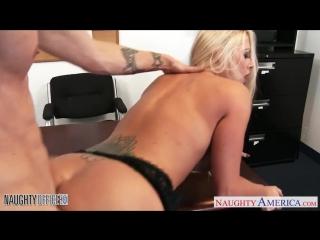 Скриншот: Грудастая блондинка Холли Харт трахается в офисе с подчинённым [Порно и Секс 18+