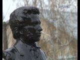 Около здания крымской межрайонной библиотеки появился бюст русскому поэту А.С.Пушкину.