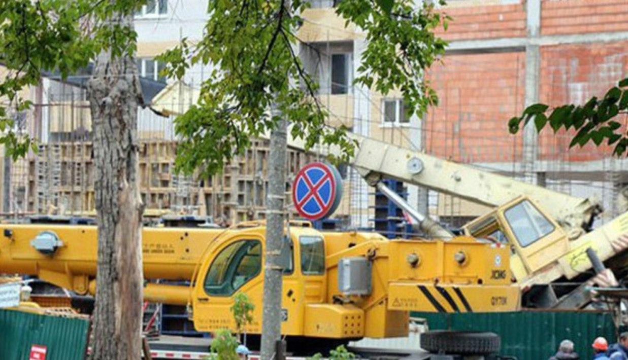 В Таганроге на строительной площадке упал автокран