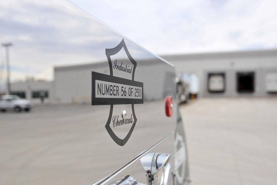красивая эмблема на грузовике