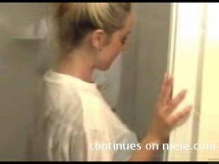 Эротическая фото сессия Дениз Ричардс в мокрой футболке