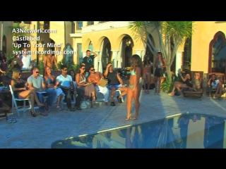 Desfile de garotas de bikini string