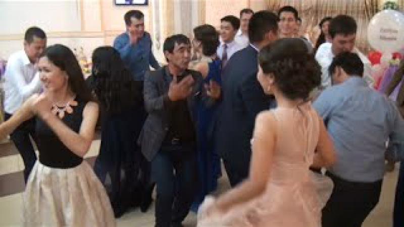 Иса танцует--