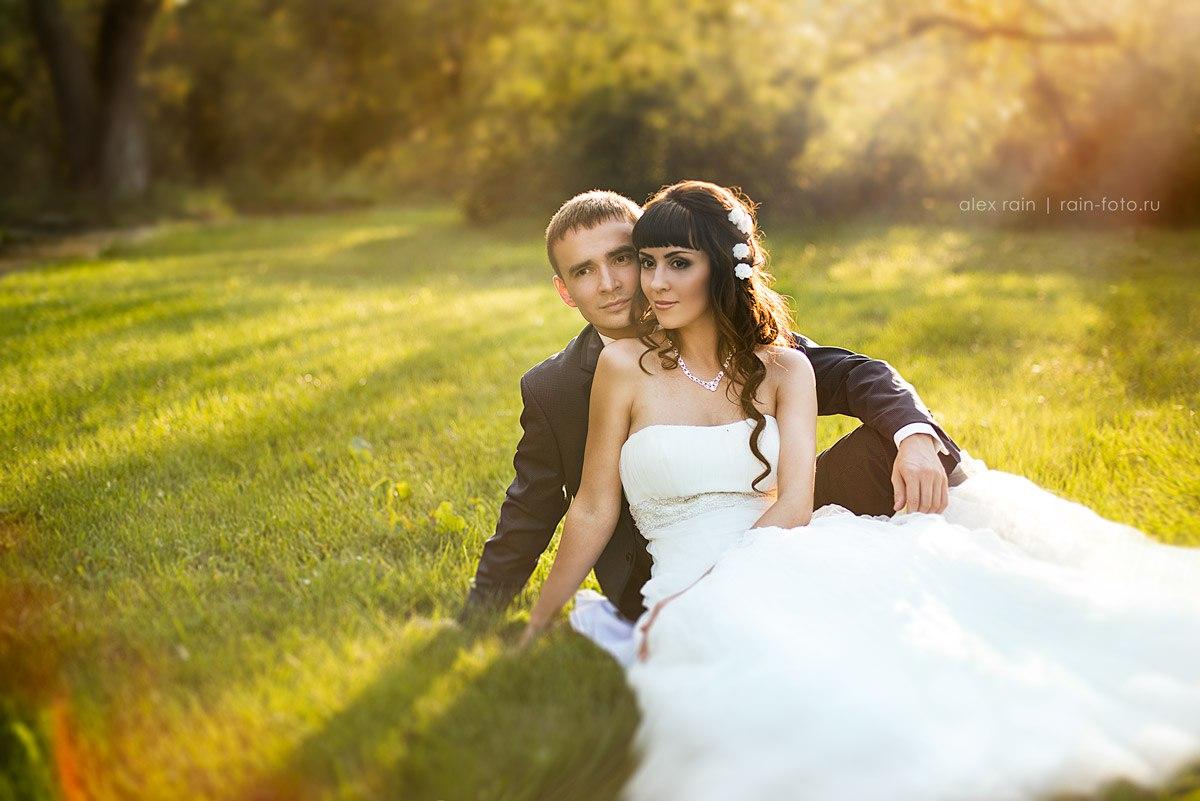профессиональный свадбеный фотограф новосибирск невеста в лучах солнца невеста в белоснежном платье на лужайке