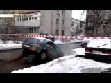 В Жуковском коммунальщики разорвали автомобиль, доставая его из ямы №2