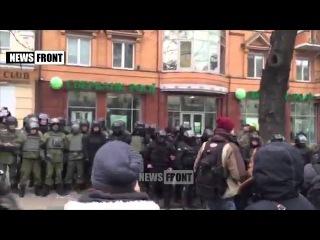 Киев: майданутые забрасывают «Сбербанк» камнями