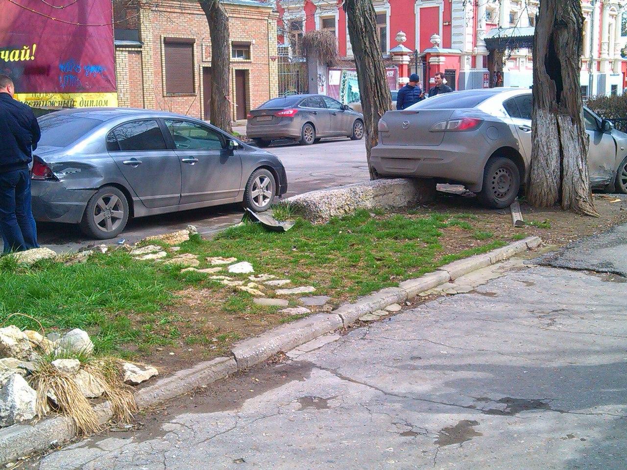 В Таганроге в результате ДТП Mazda вылетела с дороги и застряла между двумя деревьями