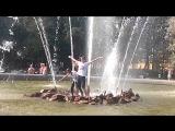 Таня Шилова и Леша Меркулов купаются в фонтане :3