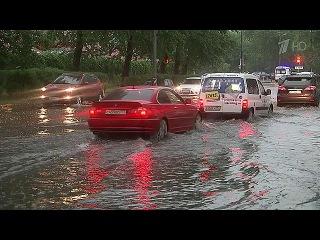 На Москву обрушилась сильная гроза, в ряде районов подтоплены улицы - Первый канал