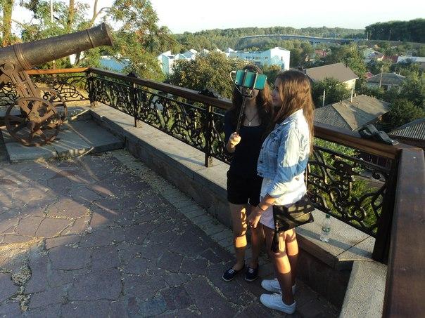 Пересматривал фото с летних путешествий, наткнулся на один забавный кадр с двумя незнакомыми девушками)