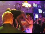 Девушка в мини юбке соблазняет парня. Самые доступные девушки в ночном клубе !