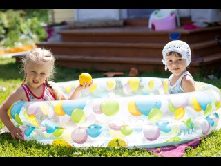���� �������� � ������� �������� Children swimming in paddling pool