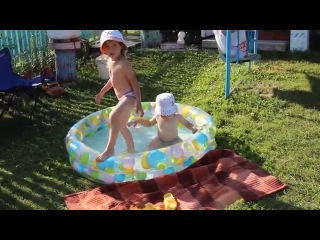�������� � ������� �������� We swim in the paddling pool