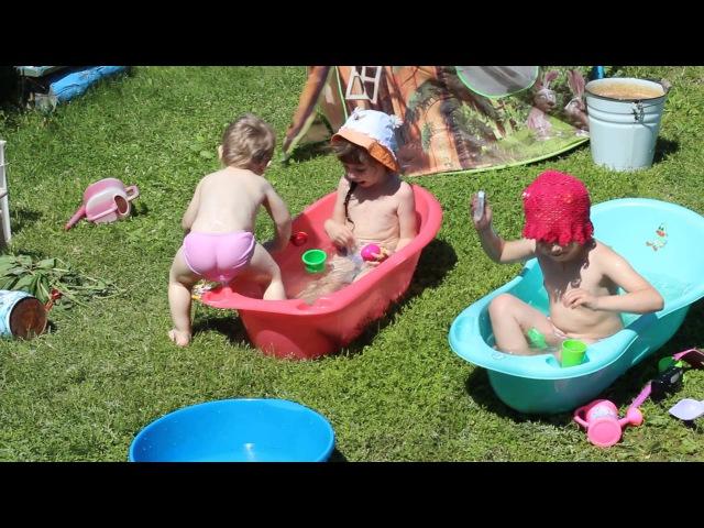 Дети купаются в маленьких тазиках djeca se kupuju bazen za decu