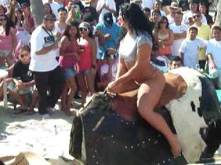 Девушка с сочной попкой оседлала механического быка
