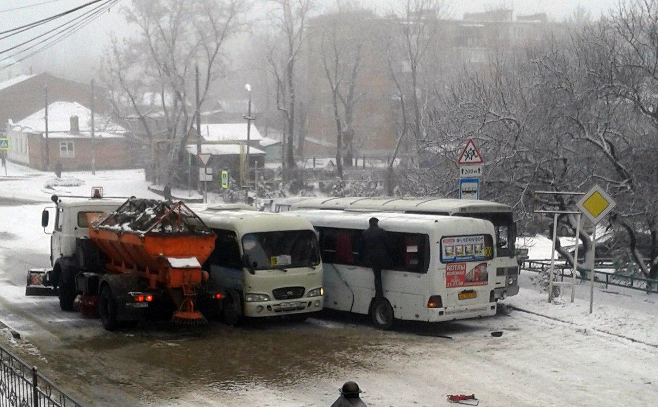 В Таганроге на Комсомольском спуске столкнулись 8 автомобилей, в том числе и снегоуборочная машина. ВИДЕО