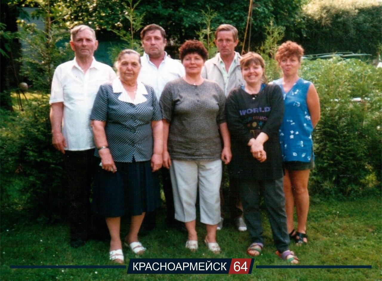 Семья Данефвольф на даче. В первом ряду слева направо: Лидия Ивановна и дочери Ирма, Эмма, Нина. Во втором ряду муж Андрей, сыновья Виктор и Володя