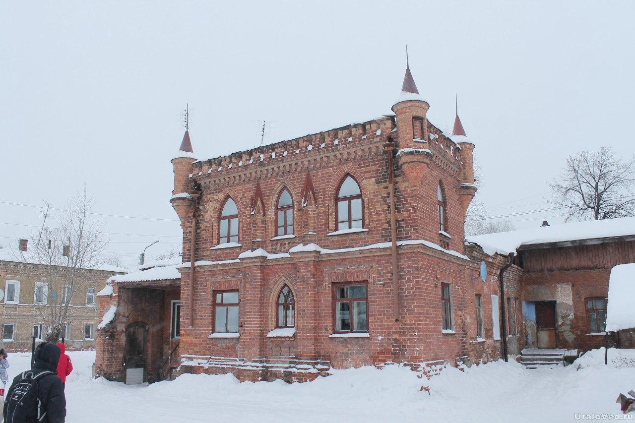 Дом с башенками