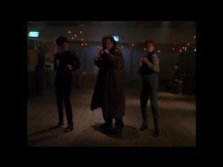 Джон Траволта танцует в баре - Фрагмент
