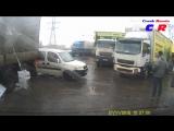 Водитель большегруза Scania сдавая назад, задел полуприцепом едущий мимо Fiat Doblo
