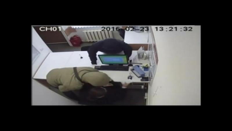 В Курске грабители в масках и с ножом ворвались в пункт выдачи микрозаймов