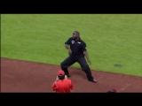 Охранник матча взорвал весь стадион!все аплодировали стоя