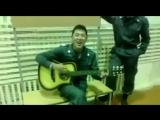 вот это даааа...сотрудник полиции поёт под гитару песню из ИНДИЙСКОГО КИНО