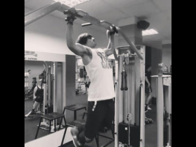 "Nikita Lomakin on Instagram: ""А как вы готовитесь к НГ..?😏😎🎅👽💪"""