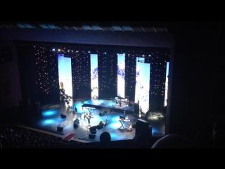 А.Розенбаум исполняет песню, вошедшую в саундтрек фильма