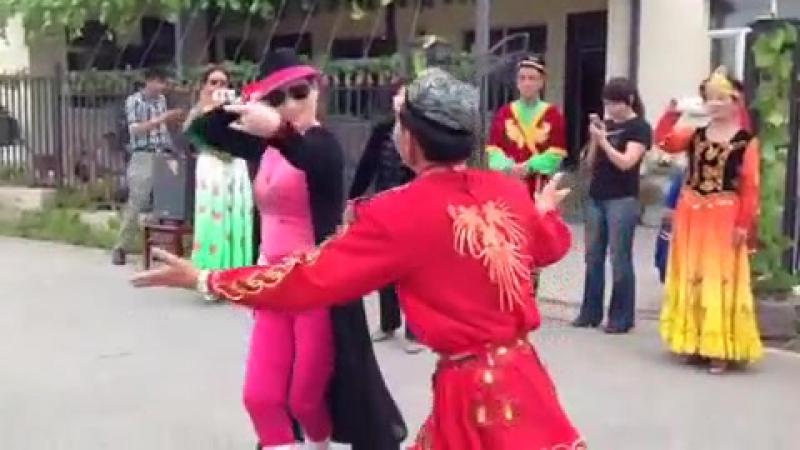 китаянка танцует по уйгурски