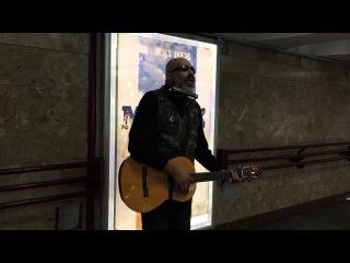 На Кастрычніцкай вулічны музыка сьпявае пра турму, КДБ і барацьбу за ўладу <#РадыёСвабода>