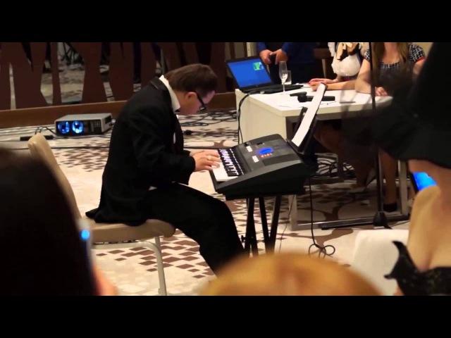 Хлопец з сындромам Даўна грае Бэтховэна на сынтэзатэры